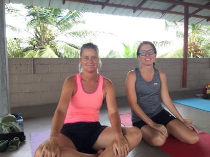 Svettiga efter en timmes yoga.