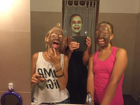 Allt för lite skönhet! Fröken Choklad, fru Oliv och fröken Choklad speglar sig!