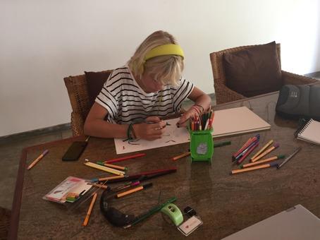 En uttråkad Stina roar sig med att rita!