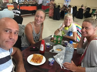Frukost på flygplatsen 7.30, i väntan på Nisse och Bittan.