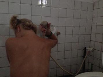 Stina sitter på huk och duschar!