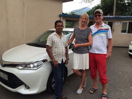 Chaufför Sarath med en nöjd Carina och Rolf!