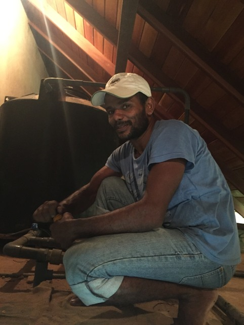 Behandling av trasig värmepunp av Manel, vår söta rörmokare.