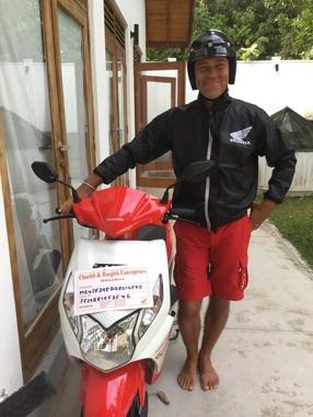 En stolt Urban vid den fina nya röda motorcykeln!