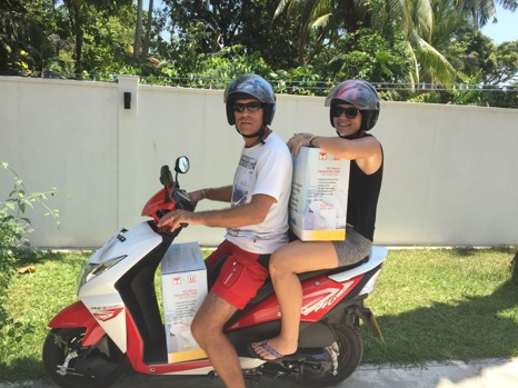 En motorcykel kommer lastad med Ubbe, Maja och fler fläktar!
