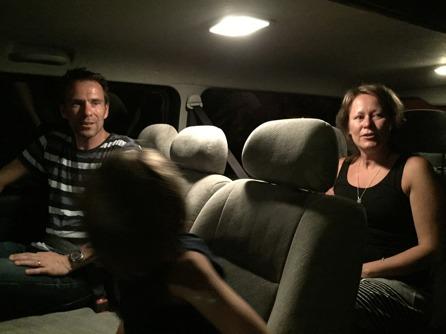 Bästa familjen på väg till flygplatsen och Sverige!