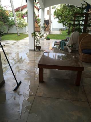Vatten överallt, så idag fick det bli frukost inomhus...