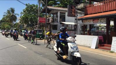Ledarna i cykelloppet, fullständigt omringad av motorcyklister...