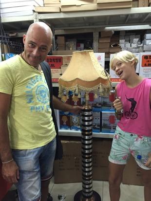 Nej, denna lampan blir det inte i hotellrummen!