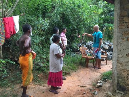 Genomgång av planen för att bygga nytt hus till Shanti.