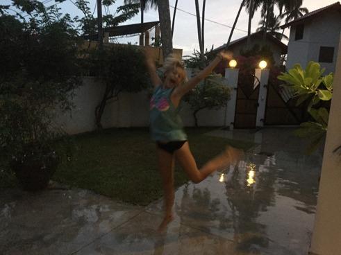 En pigg Stina dansar regndansen!