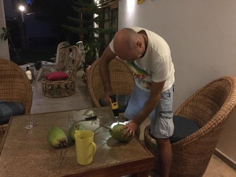 Klart man ska använda borrmaskinen till kokosnötterna!