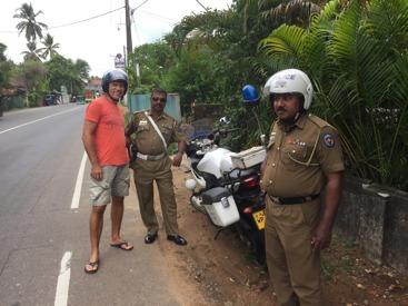 Blygsamt glada poliser på väg till Galle.