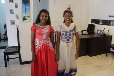 Janakas fina döttrar. Hansi i röd klänning.