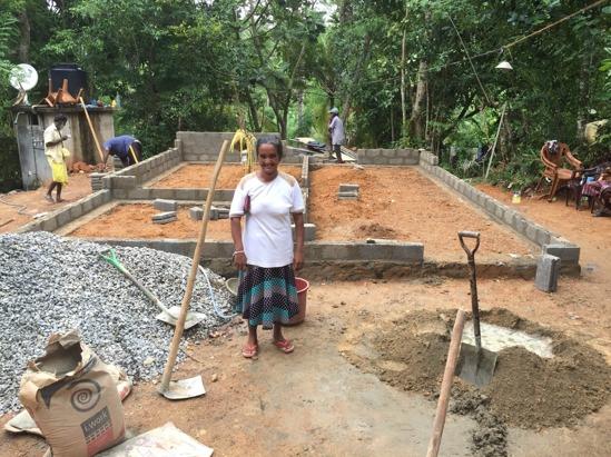En stolt Shanti framför sitt bygget.