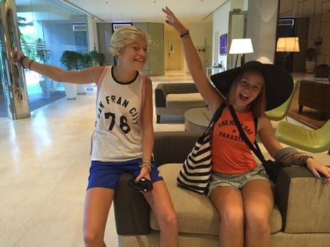 Så glada blev tjejerna när det var Hilton vi skulle bo på. Fotbollstjejen och filmstjärnan;)