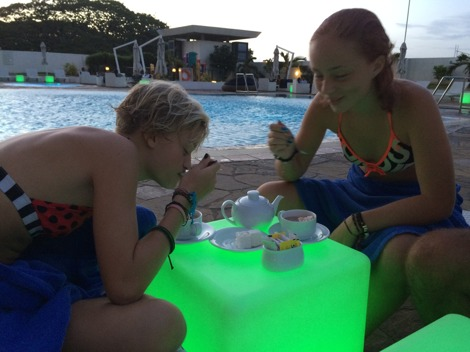 Varm choklad vid poolkanten i 32 graders värme...ja, varför inte?