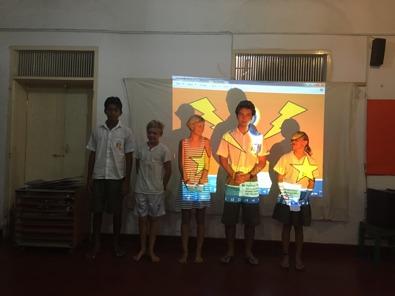 Stinas nöjda grupp efter sin redovisning om Earth hour.