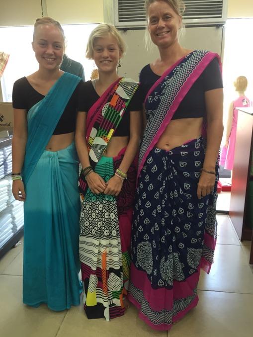 Tre sariklädda brudar! Känns väldigt lyxigt att svepa runt i en sari, kan jag lova!