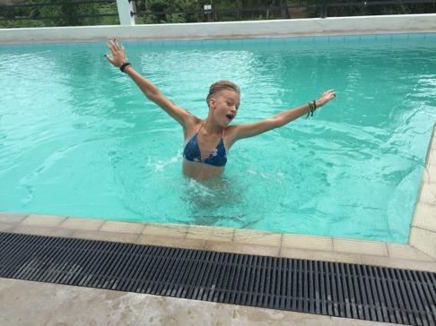 En glad Stina när vi väl kunde kasta oss i poolen!