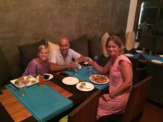 3/4 delar av familjen äter en god middag i Galle.