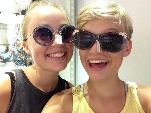 Tur att tjejerna fick rasta sig lite på shoppinggatan i Galle!