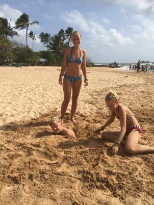 Isak rejält begravd i sanden...