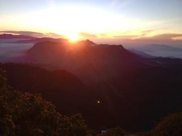 En vacker soluppgång på Adams peak som belöning efter en tuff klättring.