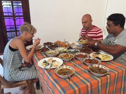 Saknas ett tiotal tallrikar på bordet med allt det som vi inte kunde äta, som Janaka bad dem ta bort! Helt galet mycket mat!