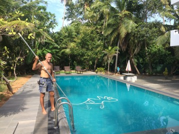 Ubbe övar poolstädning hos Janaka