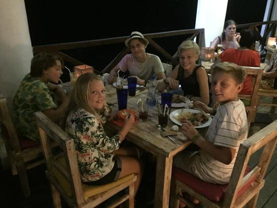 Ett gäng skandinaviska barn som avnjuter middag i Galle fort.