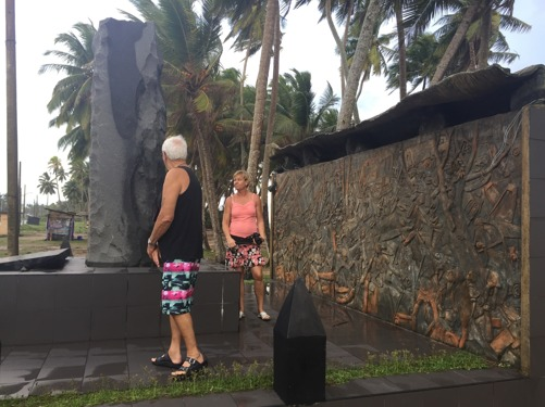 Massgrav och monument över tsunamins alla offer.