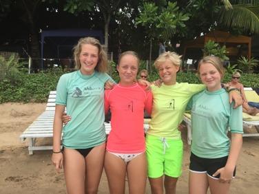 Sköna kusiner inför surflektion på Dewatta.