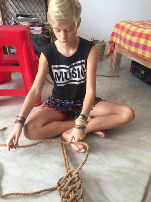 Stina klurar på makrame av kokosnötsrep till en av väggarna(efter tips från Evelyn och Mira)