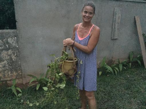 Vill gärna få upp någon växt i hålet i muren, så det blev en liten ampel av...förstås kokosnötsrep! Vad mycket man kan göra av detta underbara rep!