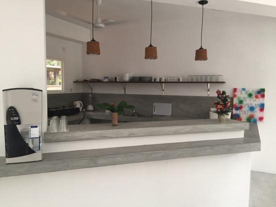 Köket färdigt med hylla och vattenfilter till höger, för alla gäster att fylla på sina flaskor.