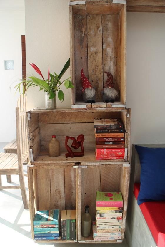 Lite böcker och annat pynt passar bra i de gamla målade ägglådorna. Böcker som gästerna gärna får ta i utbyte mot en annan.