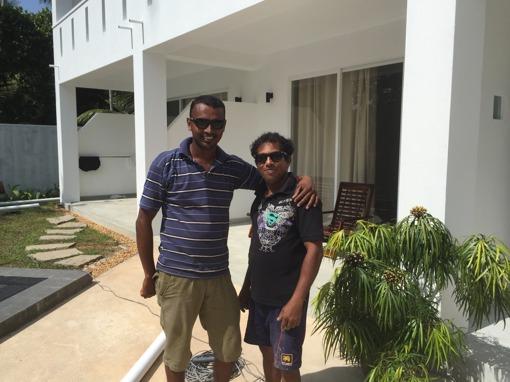 Nimesh och Sudath, coola elektriker/rörmokare med nya solbrillor.