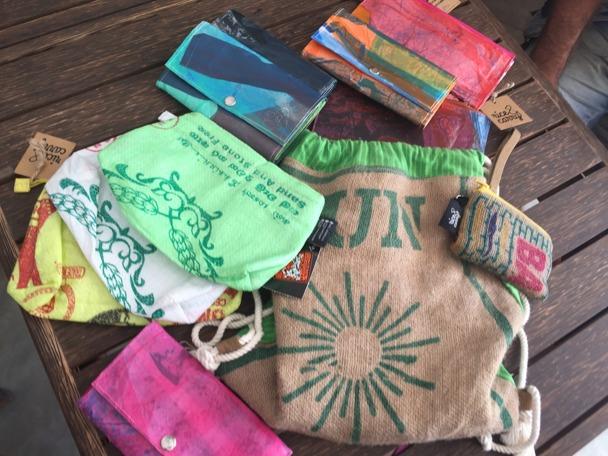 Necessärer, plånböcker, gympaväska allt av återvunna säckar och nersmältna plastpåsar.