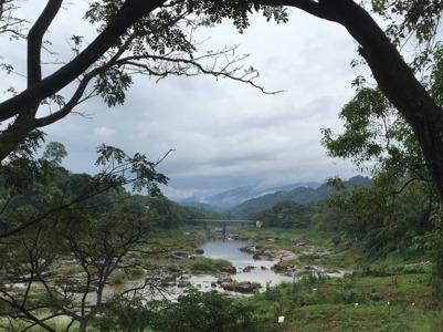 Regntunga skyar utanför Kandy