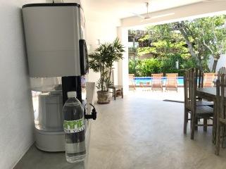 På Jippie the villa, arbetar vi medvetet för att göra samhället mer hållbart. Vattenflaskorna återvinns och fylls på med renat kranvatten från vårt vattenfilter. Vårt fräscha vatten ingår i din hotellvistelse hos oss.