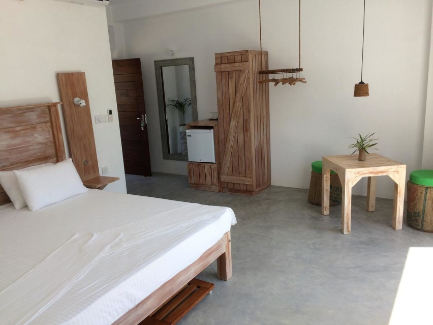 Alla möbler är handgjorda på plats och flera är tillverkade av återvunnet material.