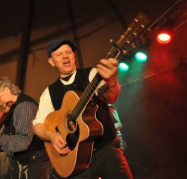 Evald Kristoffer Langsjøvold, sang og gitar