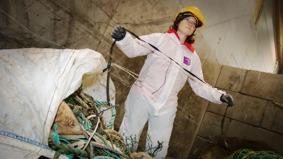 Hilde Rødås Johnsen fra Salt går gjennom deler av søppelet som er samlet inn i Tromsø gjennom Fishing for litter. FOTO: PETTER STRØM / NRK