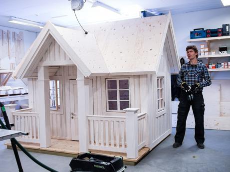Hier steht Kristof (190 cm) neben einem XL-Modell. Wählen Sie die richtige Größe Ihres neuen Spielhauses