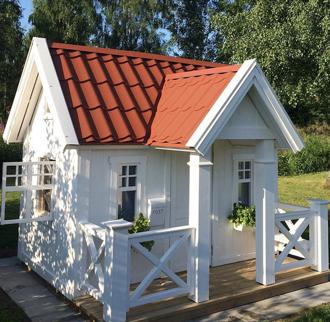 Lekstuga Villa Hätte. Vitmålad och med kryssräcken och brevlåda. En av våra populäraste lekstugor.