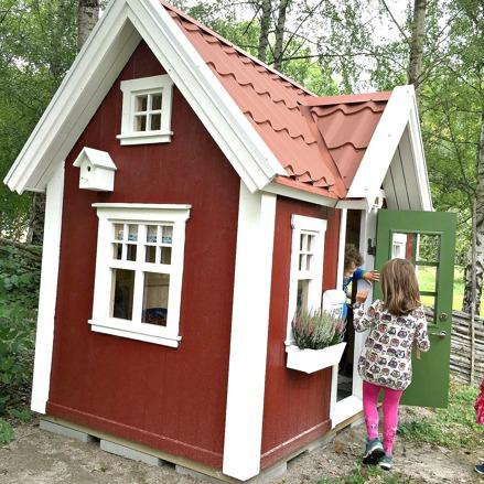 Lekstuga Bollstanäs Large (18 900 kr) med tillvalen Dörr med fönster (500 kr), Mellanpaketet innehållande takpanneplåt, blomlådor, fågelholk och öppningsbart fönster (6 000 kr) = 25 400 kr komplett.