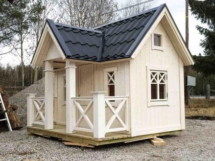 Lekstuga Karlstad Large (22 900 kr) med tillvalen Mellanpaketet innehållande takpanneplåt, blomlådor, ljugarbänk och öppningsbart fönster (6 000 kr) = 28 900 kr komplett.