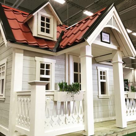 Lekstuga Rosvalla Large med tillvalen Dörr med fönster, takpanneplåt, blomlådor, ljugarbänk och öppningsbart fönster.