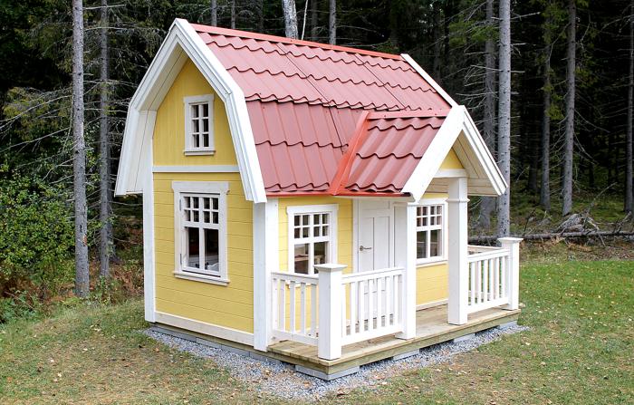 Lekstuga Djursholm XL (39 900 kr) med tillvalen Dörr med fönster (500 kr), Mellanpaketet innehållande takpanneplåt, blomlådor, fågelholk och öppningsbart fönster (8 000 kr) 48 400 kr komplett. (omålad.) Här har kunden målat den i herrgårdsgul och valt röd takpanneplåt.
